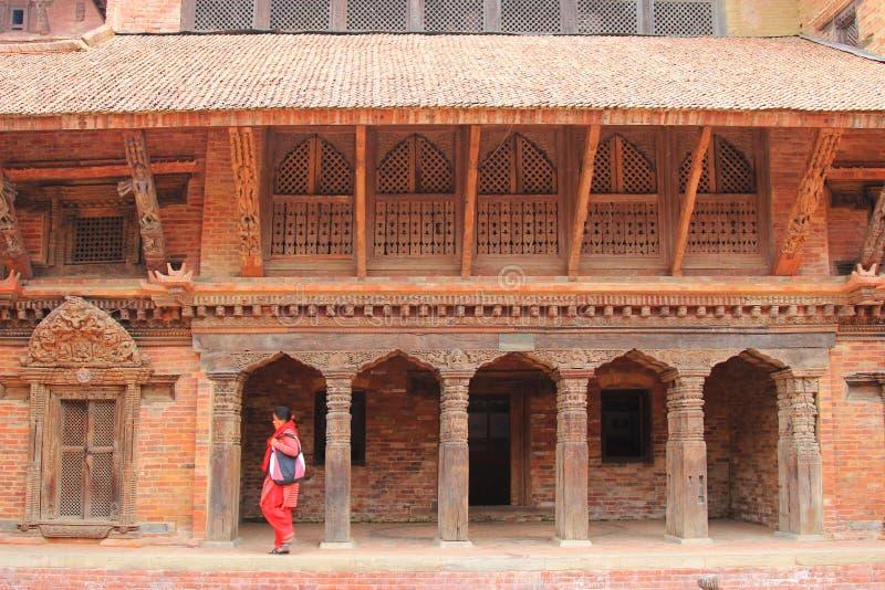 走在Patan博物馆的一名尼泊尔妇女在尼泊尔 免版税库存照片