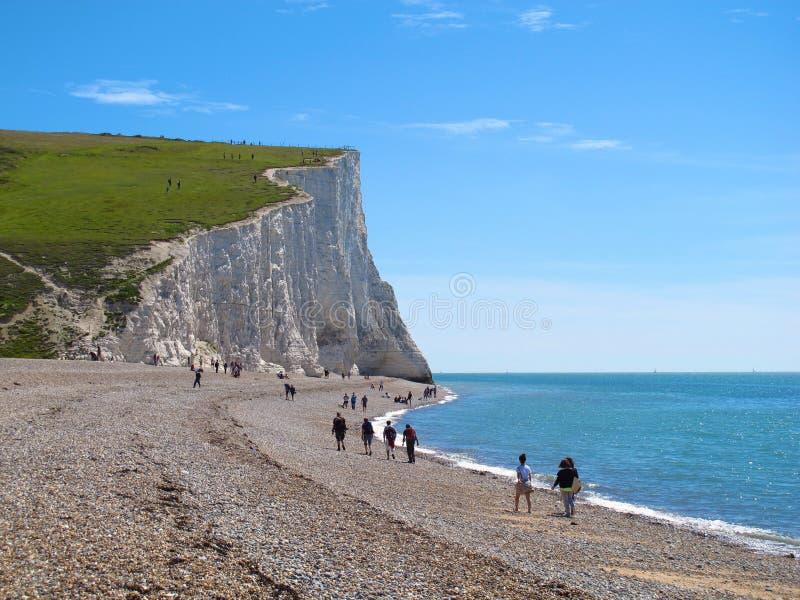 走在Pebble海滩在七个姐妹附近白色峭壁,东萨塞克斯郡,英国 免版税库存照片