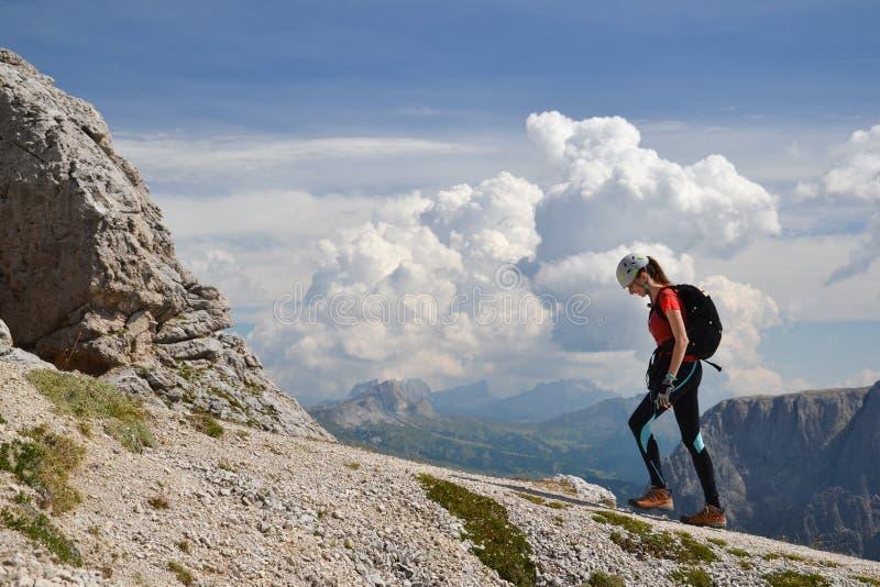 走在Piz Da Cir的女性登山人 免版税库存照片