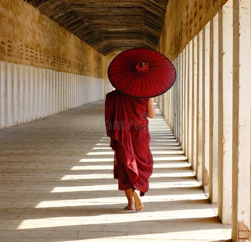 走在Shwezigon寺庙的修士在Bagan,缅甸 图库摄影