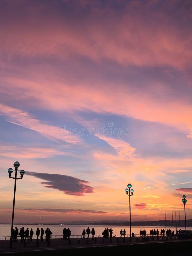 走在sundusk的人剪影靠近海滩在尼斯的法国 免版税库存图片