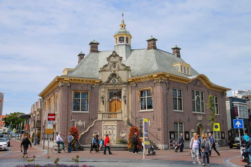 走在Zandvoort市政厅,荷兰附近的游人 免版税库存图片