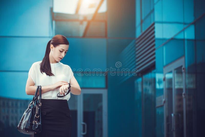 走外面在城市的女商人 库存照片