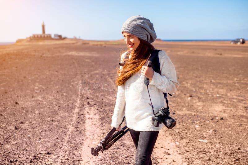 走女性的摄影师户外 免版税库存图片