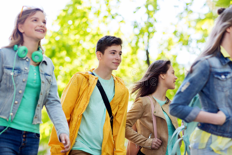 走小组愉快的少年的学生户外 库存照片