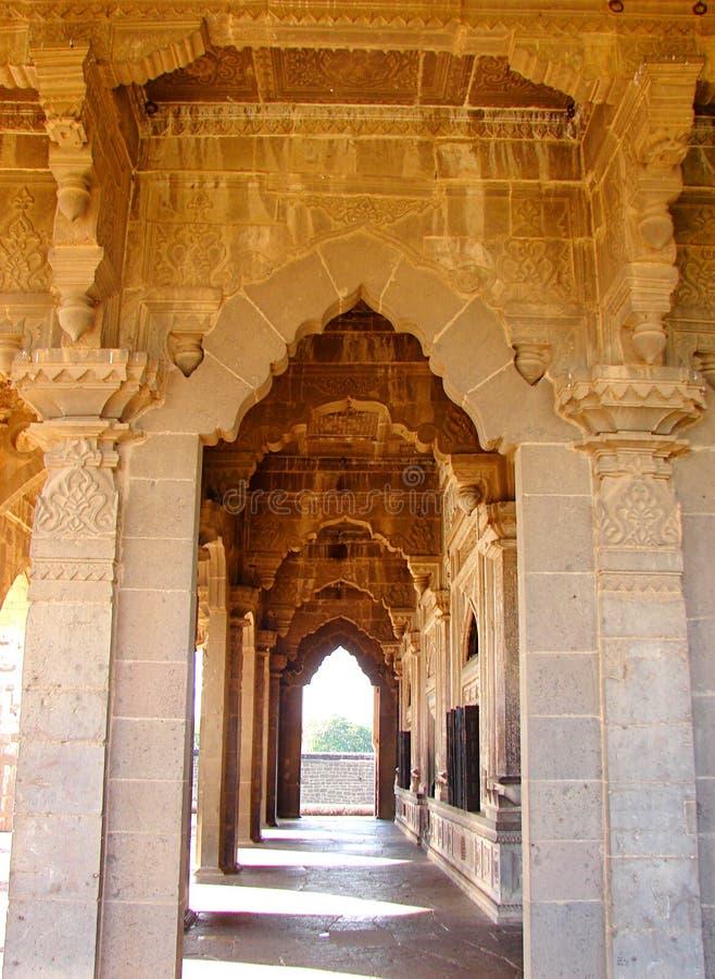 走廊由装饰曲拱和被仿造的柱子-古老印地安建筑学做成 免版税库存图片