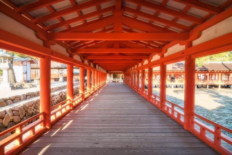 走廊的Pespective在严岛神社,宫岛,日本的 库存图片