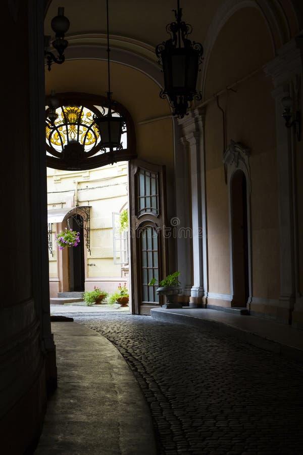 走廊通过老房子 对后院的狭窄的段落 免版税库存图片