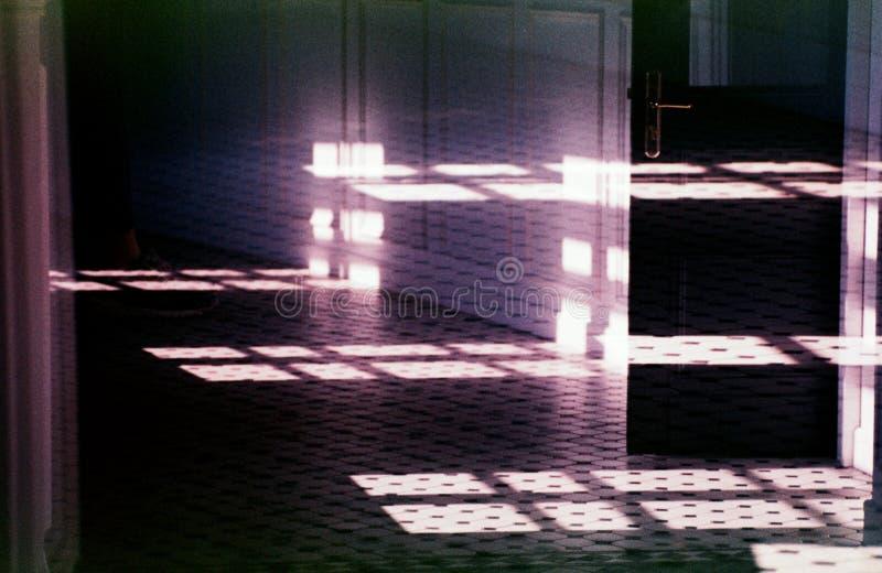 走廊,抽象:门、窗口、阴影和反射 库存图片