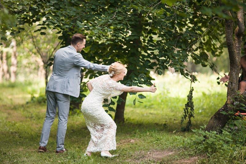 走开在夏天公园的新娘和新郎户外 库存照片