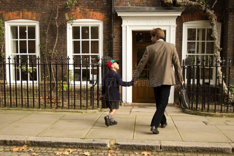 走往英王乔治一世至三世时期入口的父亲和儿子 免版税库存照片
