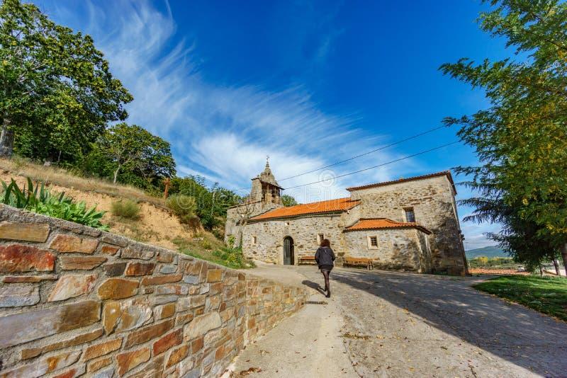 走往Pobladura de Aliste教会的信徒 免版税库存照片