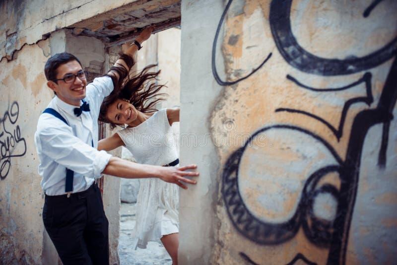 走愉快和爱恋的夫妇和在老城市做照片 库存照片