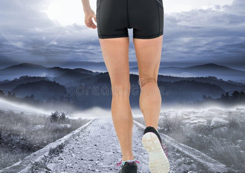 走或跑步在山道路 向量例证
