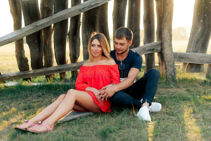 走户外在夏天的年轻美好的被迷恋的夫妇在日落 库存图片