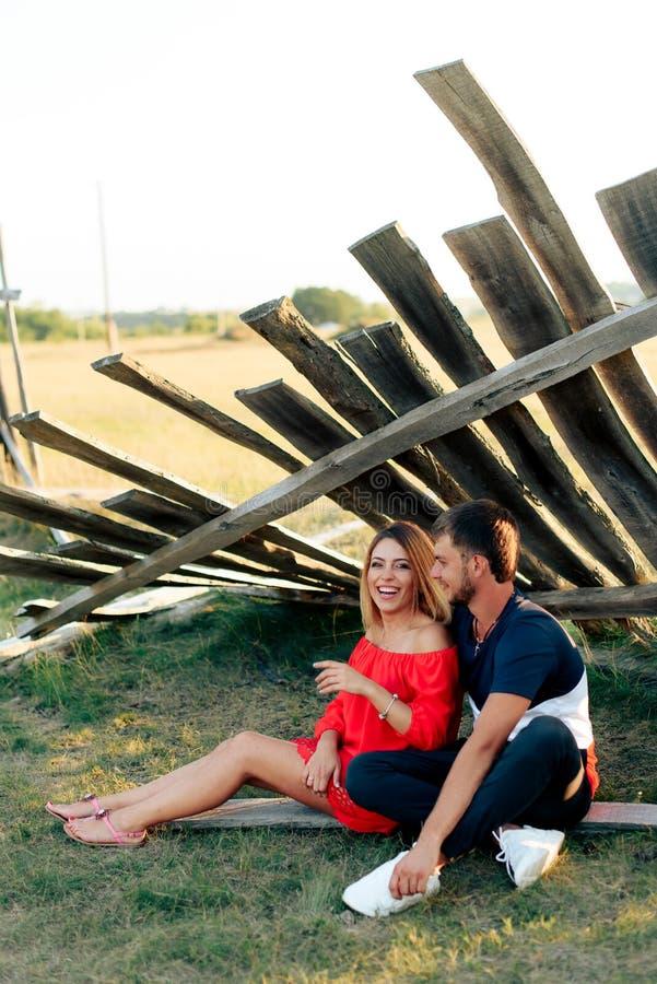 走户外在夏天的年轻美好的被迷恋的夫妇在日落 图库摄影