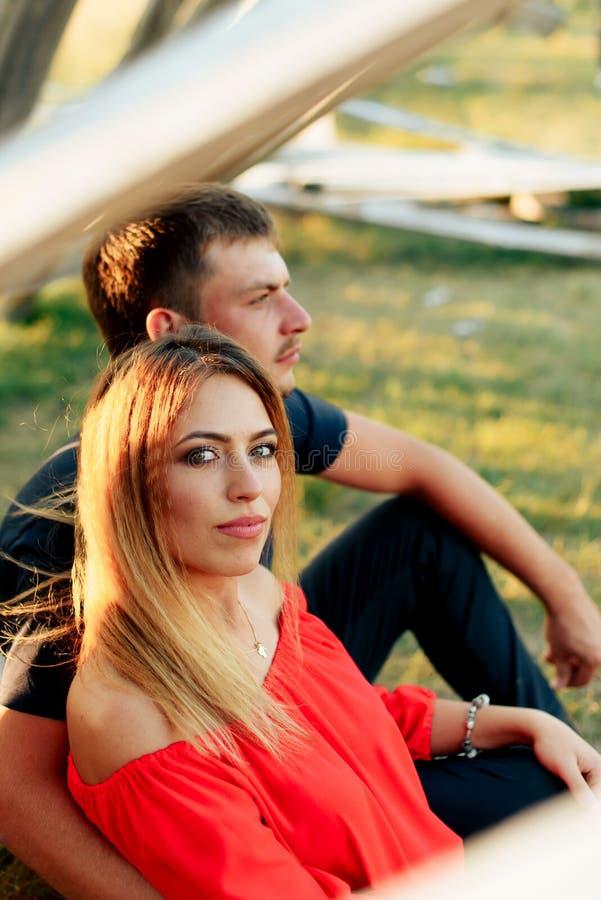 走户外在夏天的年轻美好的被迷恋的夫妇在日落 免版税图库摄影