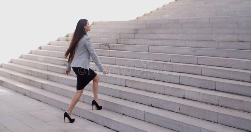 走楼梯的严肃的妇女 免版税库存照片