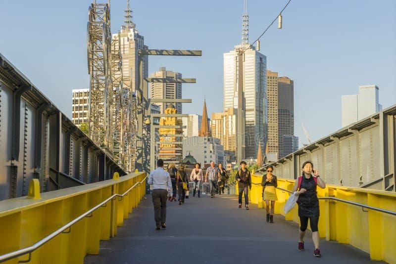 走横跨人行桥的人们在墨尔本 免版税图库摄影