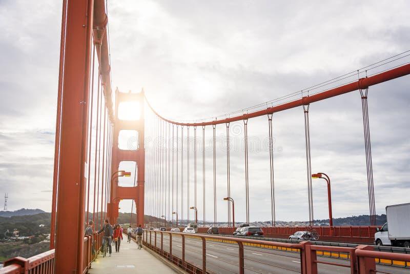 走横跨在金门大桥的步行道的人们在旧金山 库存图片