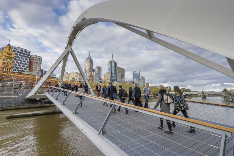 走横跨Southgate人行桥的人们在墨尔本 库存图片