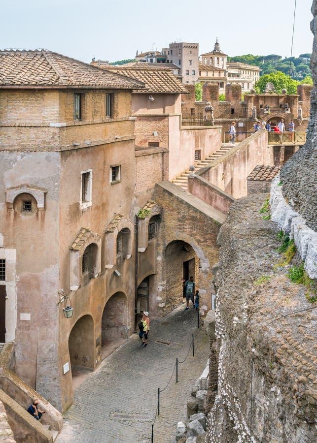 走沿圣天使城堡墙壁在罗马,意大利 库存图片