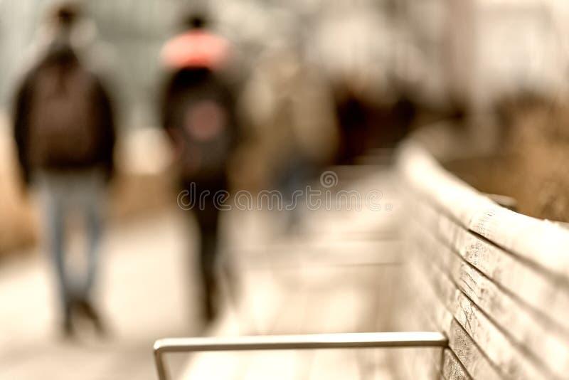 走沿城市散步的人摘要  库存图片