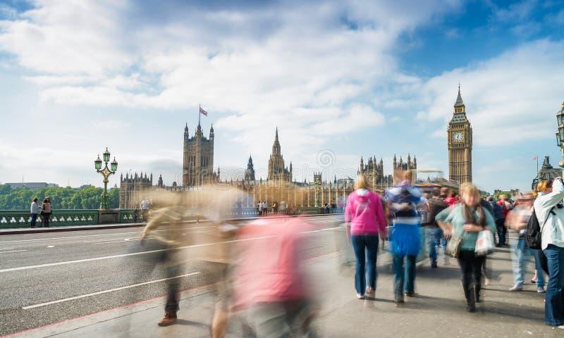 走沿威斯敏斯特桥梁的游人在伦敦 长的Exposu 库存照片