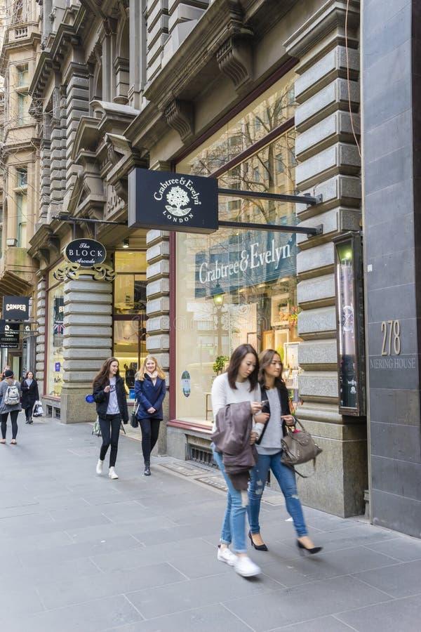走沿林斯街的人们在墨尔本,澳大利亚 免版税图库摄影