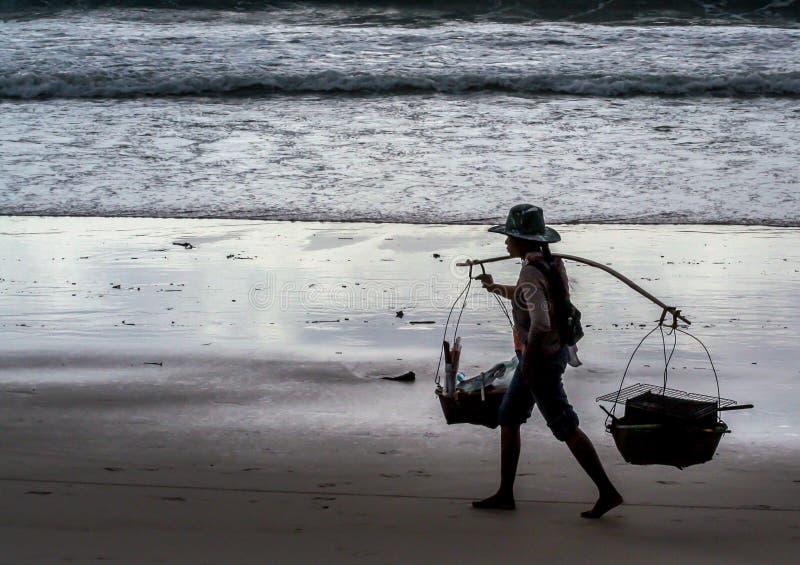 走沿海滩的地道食物的地方卖主 库存图片
