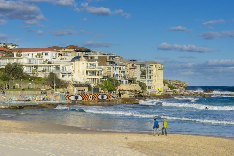 走沿海滩和公寓的人们在悉尼 免版税图库摄影