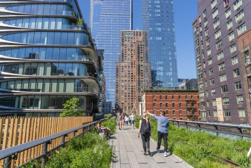 走沿着生产线上限的人们在纽约 免版税库存图片