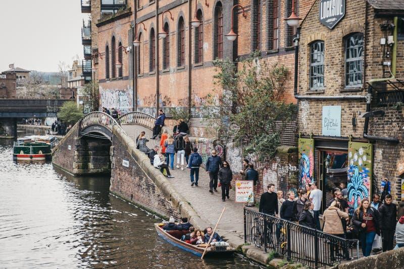 走沿着董事的运河的人们在坎登市场,伦敦,英国附近 库存图片