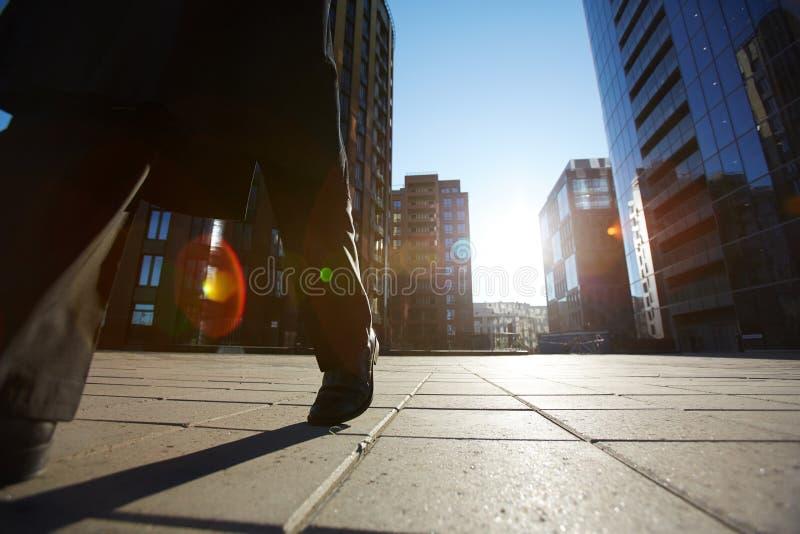 走沿街道的无法认出的商人 免版税图库摄影