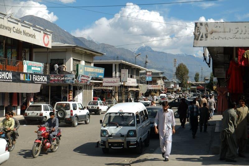 走沿购物的街道的人们在市场上 免版税库存图片
