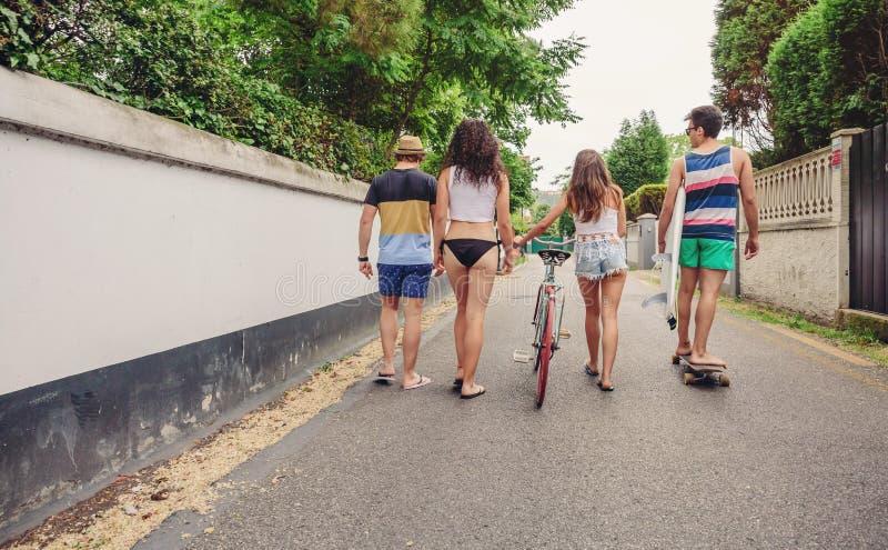 走沿路的后面观点的青年人 图库摄影