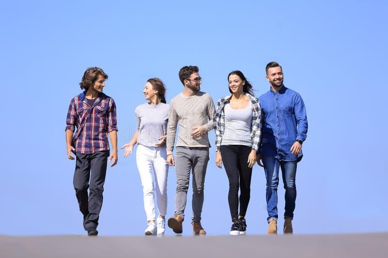 走沿路的青年人队  户外 免版税库存图片