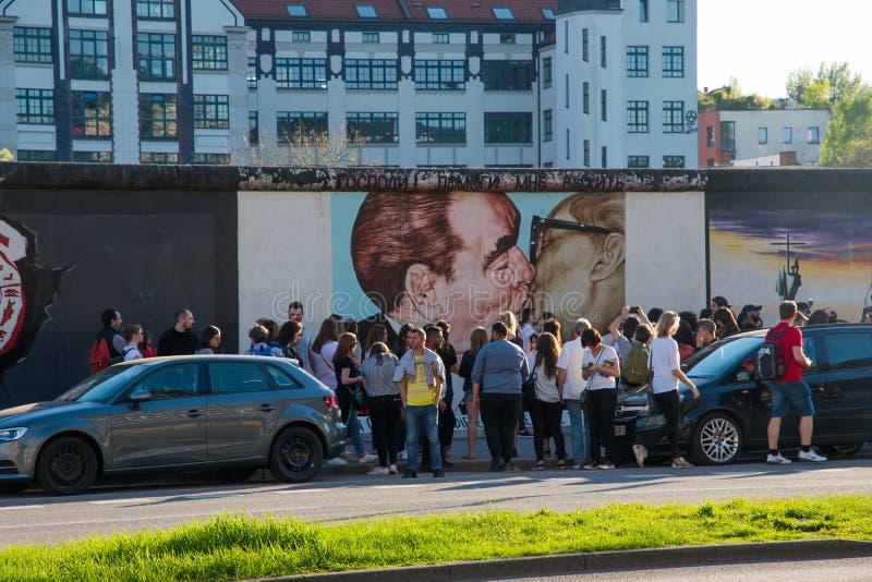 走由东边画廊每一部分的柏林围墙的游人 免版税图库摄影
