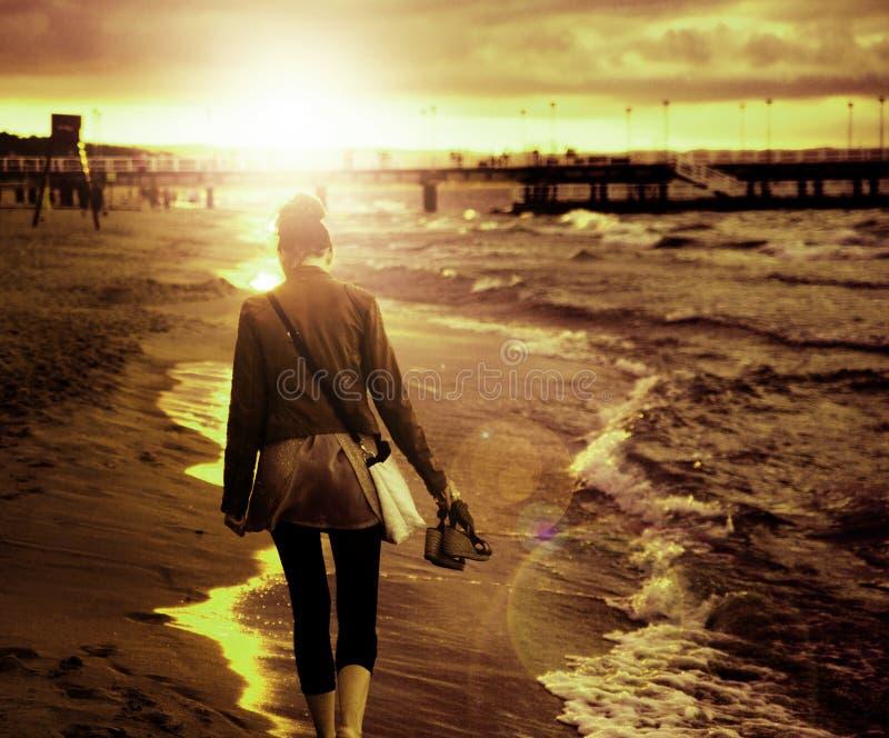 走由海边的少妇的艺术图片 图库摄影