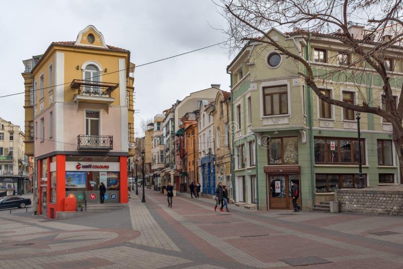 走的人和街道在区Kapana,市普罗夫迪夫,保加利亚 免版税库存照片