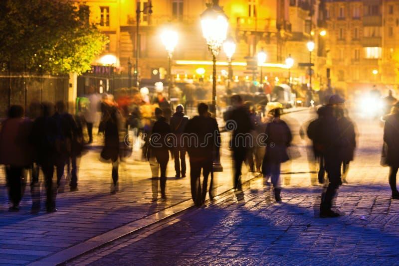 走的人在晚上在巴黎 免版税库存图片