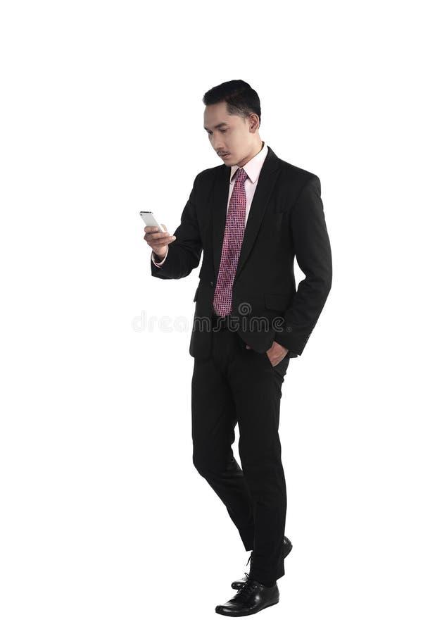 走的商人,当谈话通过手机时 免版税库存图片