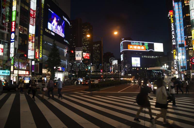 走的天桥tra的日本人和外国人旅客 免版税库存图片