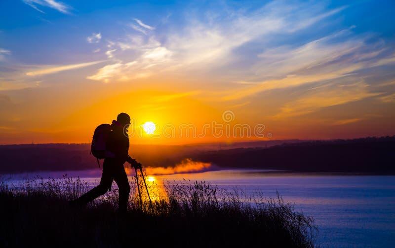 走的女性远足者剪影和印象深刻 免版税图库摄影