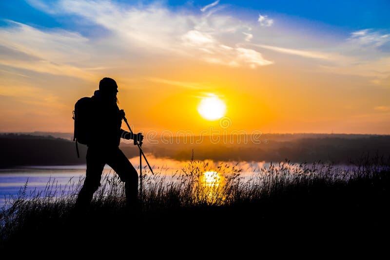走的女性远足者剪影和印象深刻 库存图片