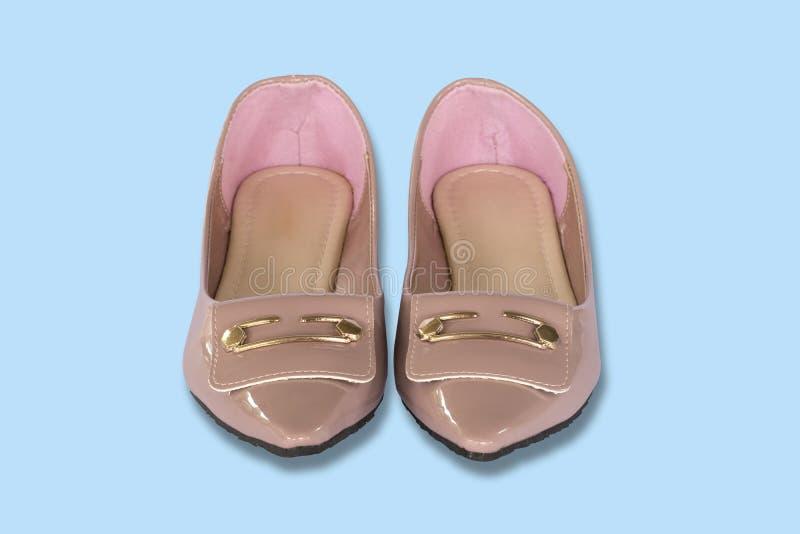 走的妇女鞋子,隔绝在与积土裁减路线的浅兰的背景 免版税库存图片