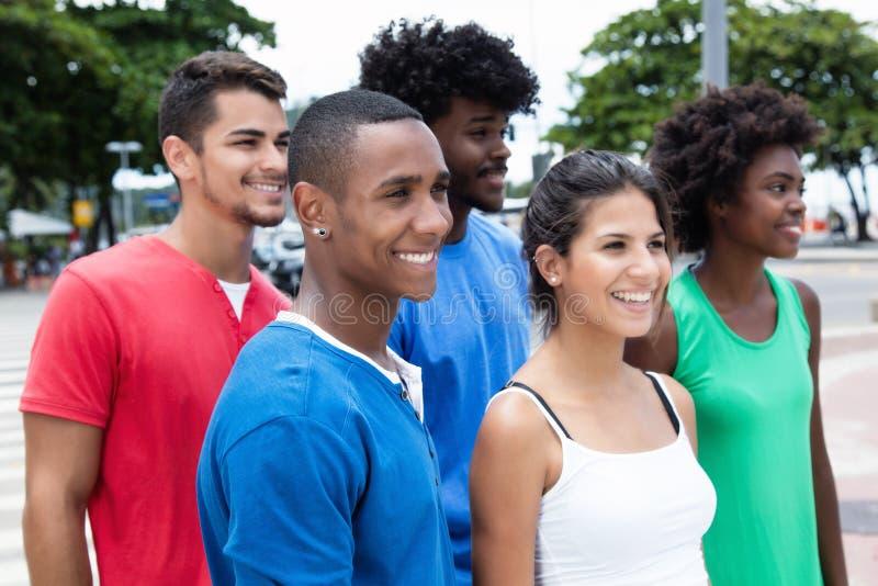走的小组非裔美国人和白种人和西班牙人 库存照片