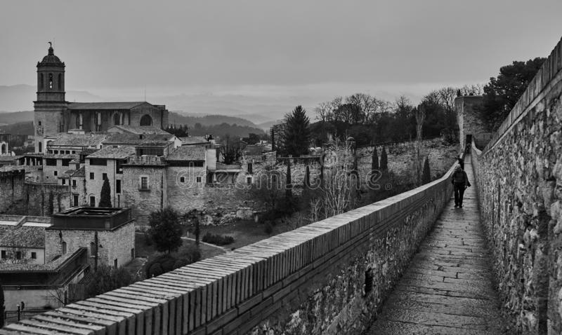 走的希罗纳古老墙壁 库存照片