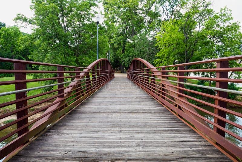 走的桥梁在公园 免版税图库摄影