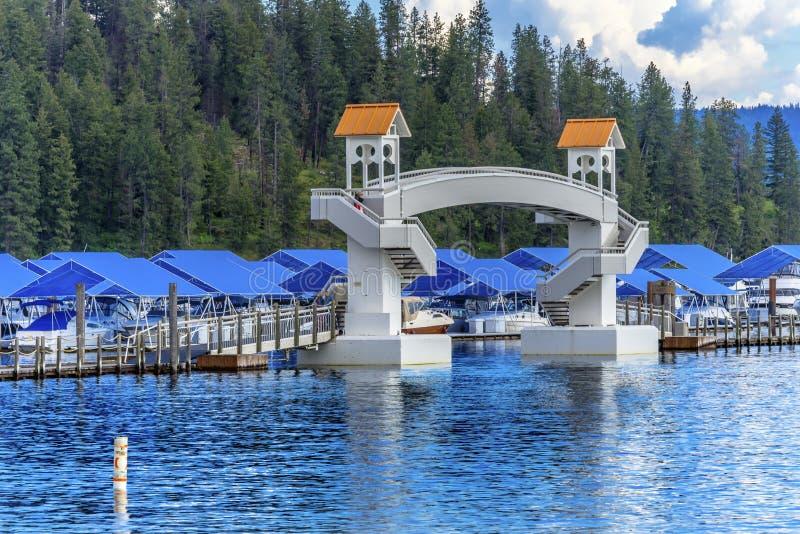 走的桥梁蓝色盖木板走道小游艇船坞码头小船Reflecti 库存照片